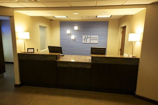 Holiday Inn Express &amp; Suites: Front Desk