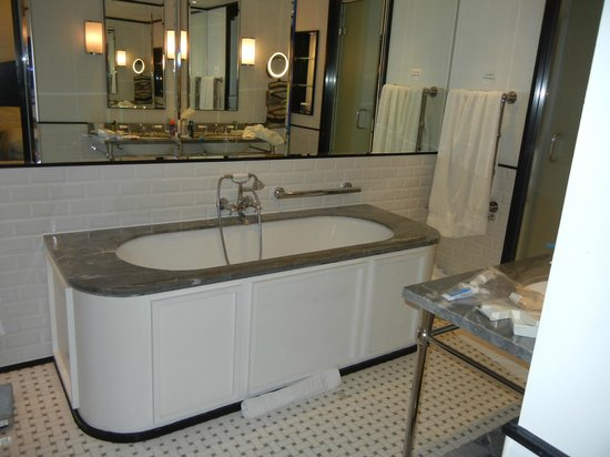 The Waldorf Hilton: Bathroom