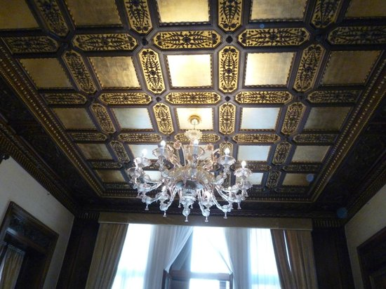 Hotel Ai Reali: The amazing ceiling in room 202