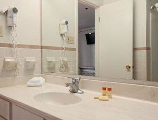 Days Inn and Suites Tempe: Bathroom