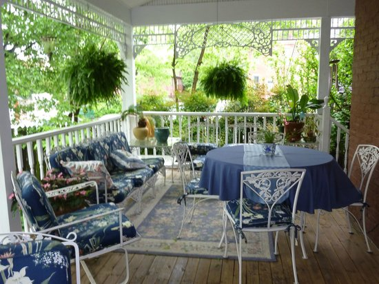 Central Park Bed and Breakfast: Back Porch