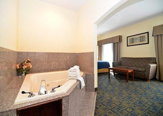 Comfort Inn & Suites: Hot tub suite