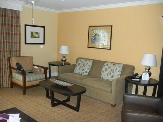 Carlsbad Inn Beach Resort: Living room with flat screen TV and sofa bed