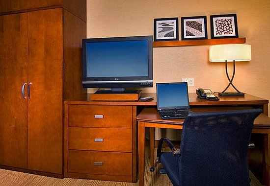 Courtyard By Marriott Mankato: Guest Room Work Area