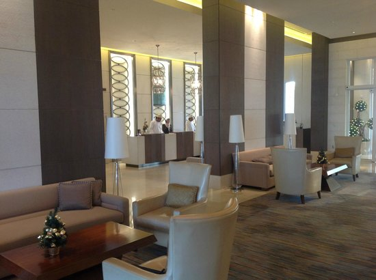 Al Mussanah, Oman : Lobby decor is sophisticated and serene