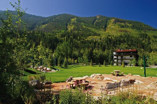 Vail Racquet Club Mountain Resort: Park and BBQ patio area