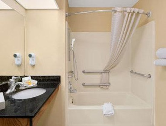 Days Inn Americus: Accessible Bathroom