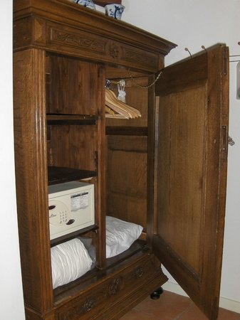 Parkzijde Bed & Breakfast: Wardrobe With Safe Deposit Box
