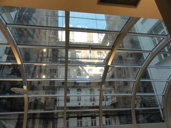 BEST WESTERN Premier Hotel Parlament: Atrium above breakfast room