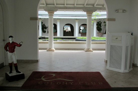 Colony Club: Entrance to Hotel