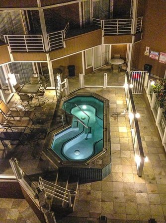 Quality Inn &amp; Suites Oceanview: Spa, Patio area