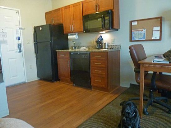 Fort Stockton, TX: Fully equipped kitchen in Candlewood suites