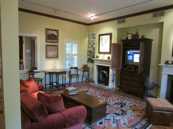 Armstrong Inns Bed and Breakfast: Living room, dining table, pull out couch at the Jenkins House