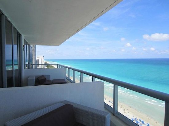 Eden Roc, a Renaissance Beach Resort &amp; Spa: The balcony, and balconies from the next 2 rooms.