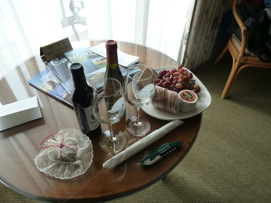 Horizon Inn & Ocean View Lodge: Wine and Cheese Harvest package was delicious after hiking Point Lobos!