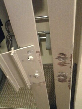 Doubletree by Hilton Charlottesville: closet broken