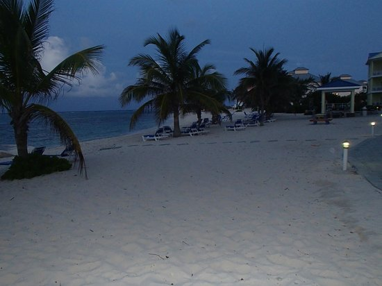 The Reef Resort: Nighttime on the beach