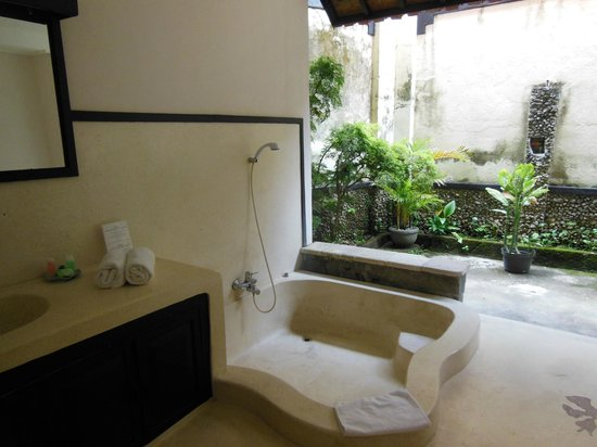 Puri Mesari: Huge outdoor bathroom, private, high walls