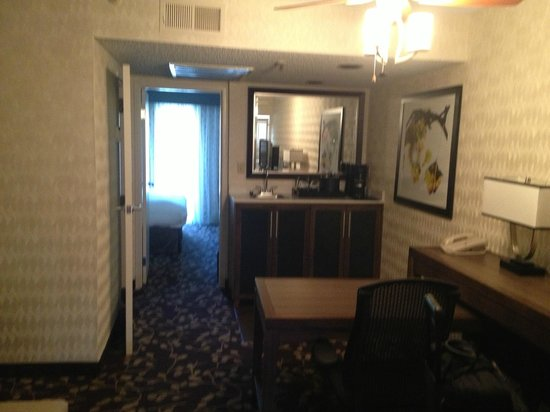 Embassy Suites Hotel Napa Valley: Looking at bar area w/fridge, microwave, coffee, sink