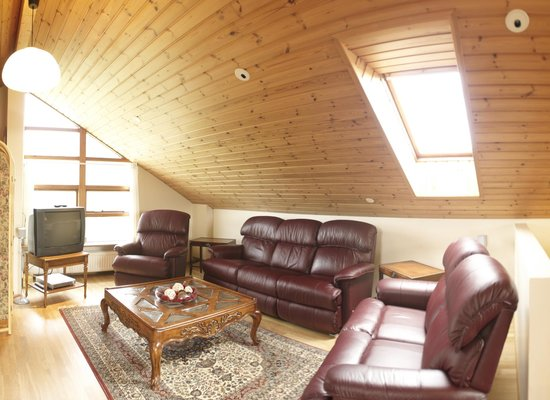 Jonstott Guesthouse: Loft TV lounge area -  really relax in our full lazyboy recliners