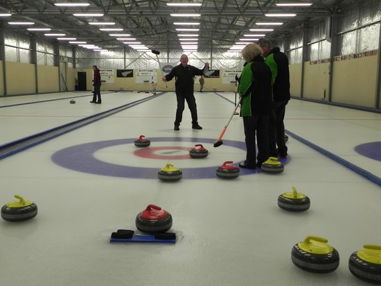 Ranfurly, Nieuw-Zeeland: The newly formed 'Dubbo Curling Team' at the Naseby Curling Centre.  Fantastic fun for all ages