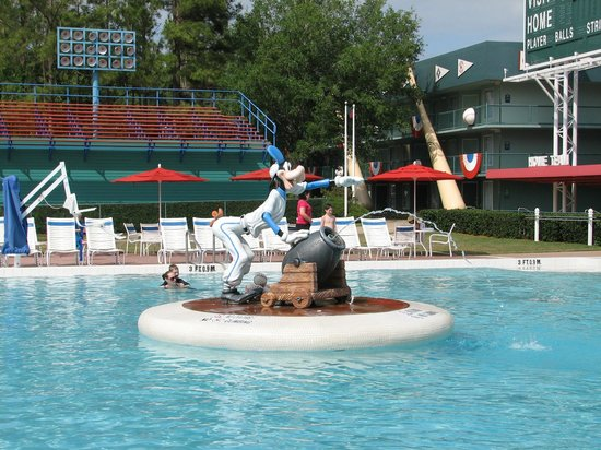 Disney&#39;s All-Star Sports Resort: Home Run Hotel pool area
