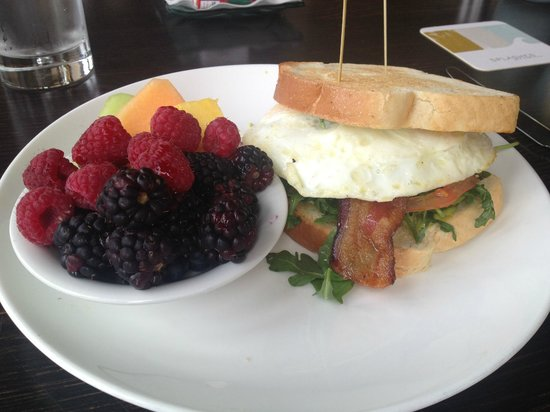 The Surf and Sand Resort: Great breakfast options at Splashes.