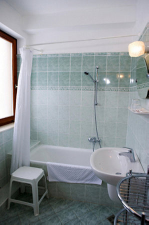 Hotel Pension Helios: Apartment BATHROOM