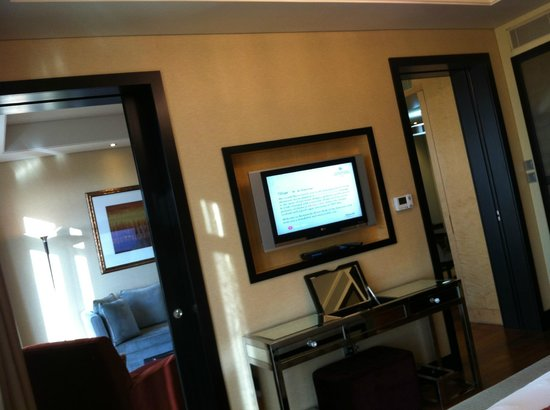 Kempinski Hotel Mall of the Emirates: Two doors in the bedroom and the TV between them