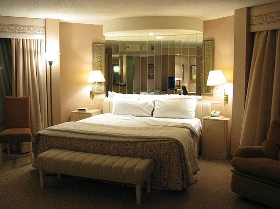 Hilton Toronto Airport & Suites: Comfy bed