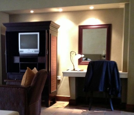 Sante Hotel, Resort & Spa: Desk and TV