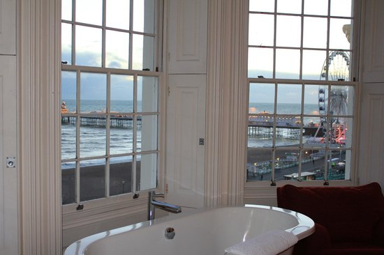 Drakes Hotel Brighton: View from our room with bath in the window