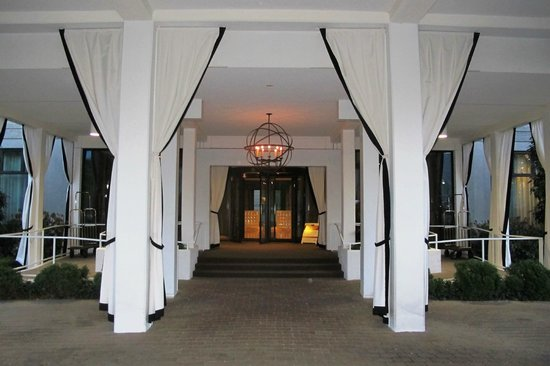 Proximity Hotel: entrance