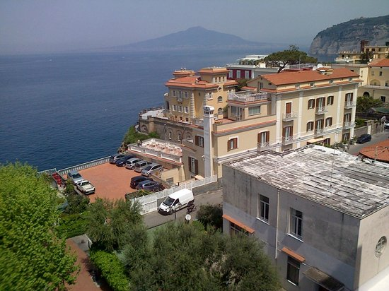 Hotel Mediterraneo Sorrento: View from our large window on fourth floor