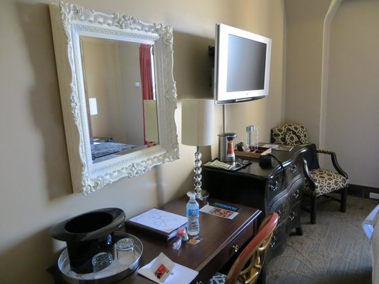 The Kensington Park Hotel: Desk