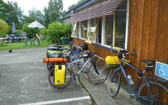 Geraldine, New Zealand: bikes from cycling guest in front of the hostel