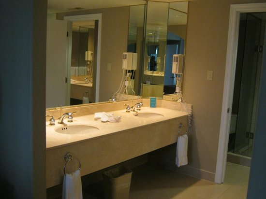 Carriage Hills Resort: Large bathroom with double sinks & another sink around the corner