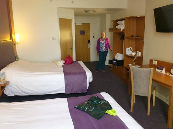 Premier Inn London County Hall: twin room with kingsize beds