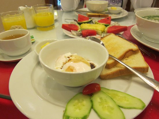 Hanoi Holiday Diamond Hotel: our hefty yummy breakfast !