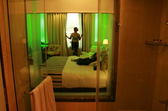 Peppermint Hotel: Lovely glass partition view from Bathroom