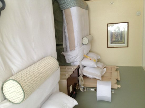 Grand Hotel Marriott Resort, Golf Club &amp; Spa: Upside down Bedroom- sorry