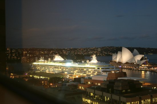 Shangri-La Hotel Sydney: Evening view from our room