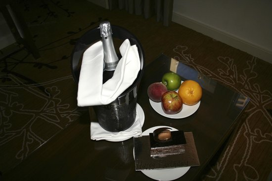 Shangri-La Hotel Sydney: Birthday cake, champagne and fruit
