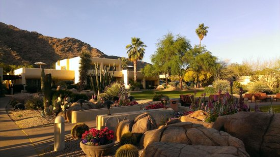 JW Marriott Camelback Inn Scottsdale Resort & Spa: Walkway to the hotel restaurant