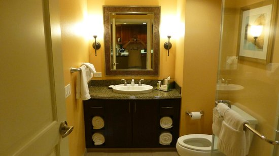 Grand Waikikian Suites by Hilton Grand Vacations: Bath Room
