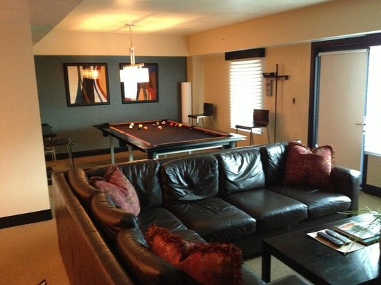 The Sky Lodge: Pool Table and Family room in suite