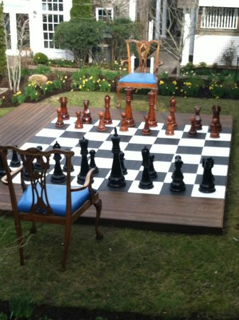 Winnetu Oceanside Resort: Giant chairs and chessboard