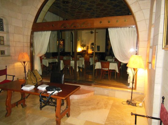 Jerusalem International YMCA, Three Arches Hotel: Lobby and view of Dining Room