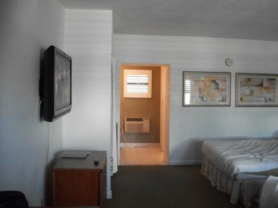 Blue Marlin Motel: room