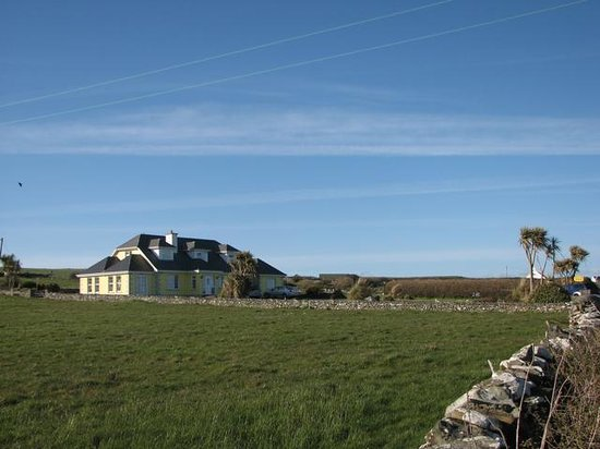 Liscannor, Irland: View of house from approach road